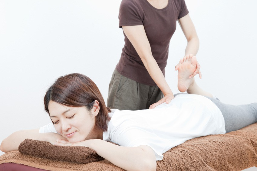 腰痛施術を受ける女性